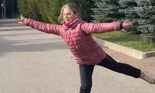 Ученица тренера Турсынбаевой отрабатывает технику прыжков на роликовых коньках