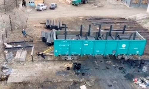 Атлет из Семея протащил за собой товарный вагон весом в 55 тонн. Видео