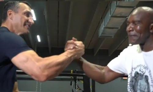 Уроженец Казахстана Владимир Кличко помогает Холифилду в подготовке к возвращению на ринг. Видео