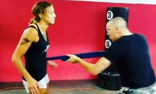 Первая казахстанка в истории в UFC обезвредила грабителя с дробовиком, ножом и дубинкой. Видео
