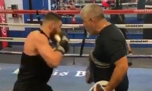 Казахстанский боксер из Golden Boy поделился видео тренировки с известным наставником в США