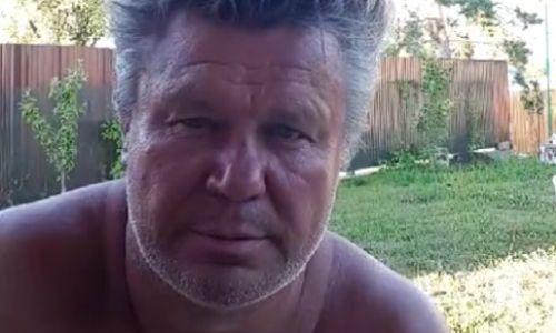 Олег Тактаров показал фото, на котором он сидит на спине у отца
