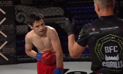 18-летний боец в первом раунде пропустил фатальный удар по печени. Видео нокаута