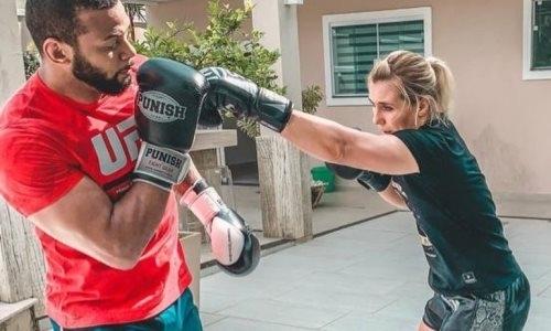 Экс-претендент на титул UFC мощным ударом проверил пресс российской девушки-бойца. Видео