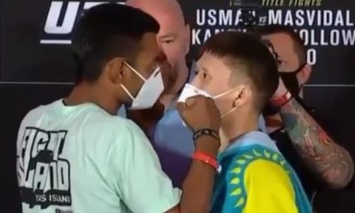 Жалгас Жумагулов провел дерзкую дуэль взглядов с бразильцем перед дебютом в UFC. Видео
