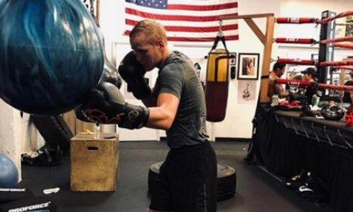 Не знающий поражений казахстанский боксер продолжает тренировки в США