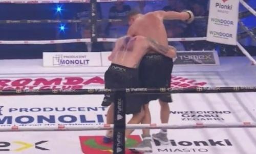 Дважды побитому казахстанцем боксеру ударили по затылку и чуть не оторвали голову. Видео