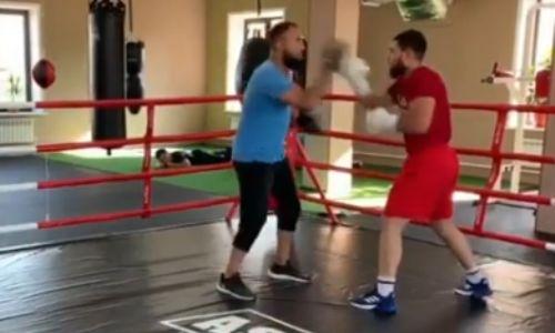 Чемпион WBC Садриддин Ахмедов показал видео работы на лапах с тренером