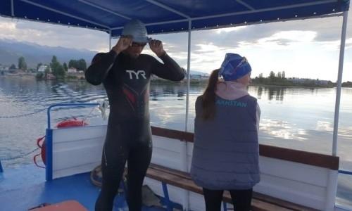 Казахстанец переплыл Иссык-куль, готовясь к Олимпийским играм