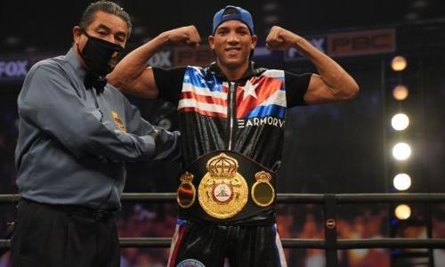 Боксер стал чемпионом мира уже в третьем бою в профи и помог казахстанцу. Видео