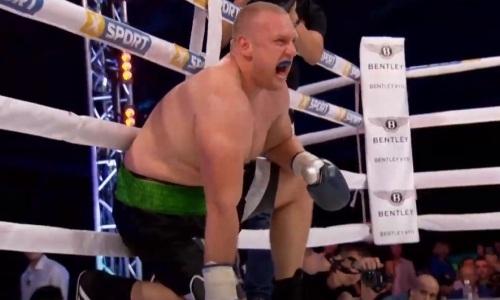 Побитого казахстанцем супертяжа заставили кричать от боли перед досрочным поражением. Видео