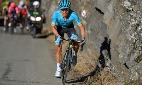 Капитан «Астаны» влетел в дорожный знак на первом этапе «Тур де Франс». Видео