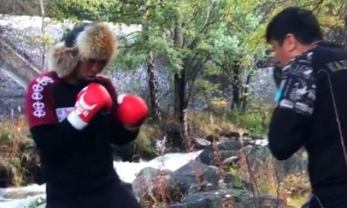 Чемпион WBC, WBA и WBO из Казахстана показал видео работы на лапах с тренером