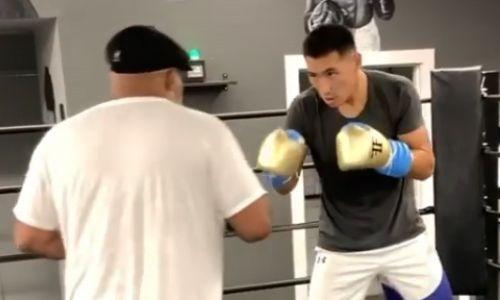 Алимханулы продолжает тренировки с известным наставником перед боем в Лас-Вегасе. Видео