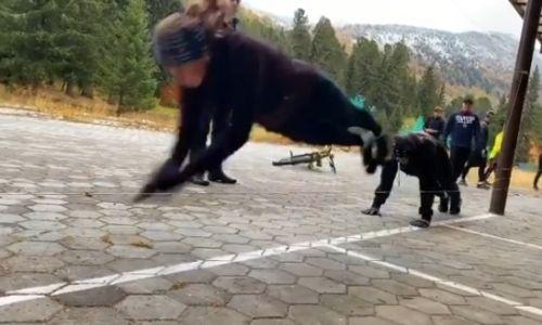 Юлия Галышева показала оригинальное упражнение на координацию. Видео