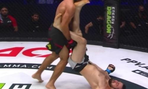 Российский боец вырубил соперника пяткой в челюсть, лежа на спине. Видео нокаута