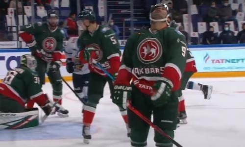 Форвард сборной Казахстана забил красивый гол в свои ворота в матче КХЛ. Видео