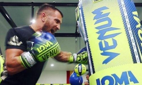 Ломаченко прошел взвешивание за три недели до боя с Лопесом. Видео
