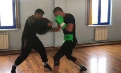 Чемпион WBO, WBC и WBA из Казахстана показал видео отработки ударов с тренером