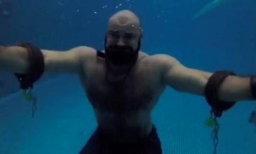 Казахстанский силач и рекордсмен переплюнул Гарри Гудини. Видео