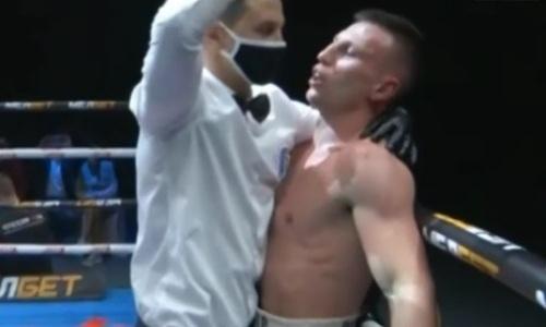 Рефери скандально остановил бой российских боксеров за 10 секунд до конца раунда. Видео нокаута