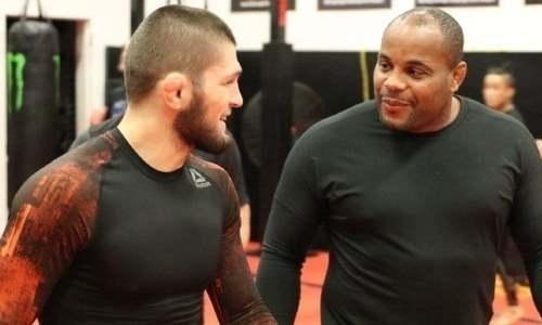 «Чё это за маска?» Экс-чемпион UFC подколол Хабиба Нурмагомедова в респираторе и шлёпанцах. Видео