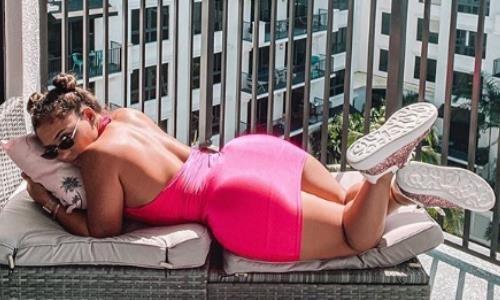 Самая сексуальная девушка в ММА показала роскошную фигуру в облегающем наряде. Фото