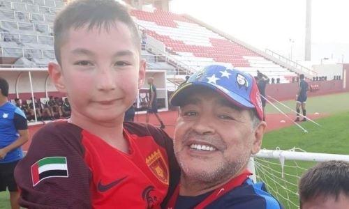«Он обнял меня и долго не отпускал». Рожденный без ног мальчик из Казахстана — о Марадоне