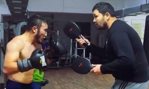Не знающий поражений казахстанский боксер продолжает подготовку к возвращению на ринг. Видео