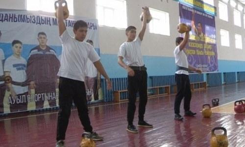 Школьники из Тюлькубаса побили мировой рекорд в гиревом спорте