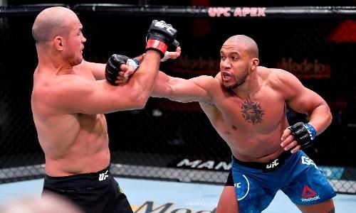 Экс-чемпиона UFC в тяжелом весе смачно нокаутировали на турнире с возвращением Фергюсона. Видео