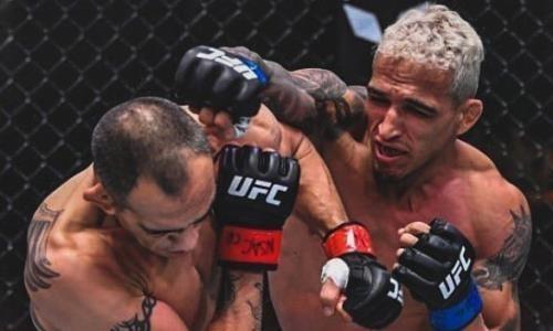 Видео полного боя Тони Фергюсон — Чарльз Оливейра на UFC 256 с удивительным исходом