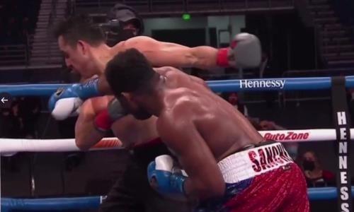 Бой в андеркарде «Канело» завершился мощным нокаутом. Мексиканца выкинуло за ринг. Видео
