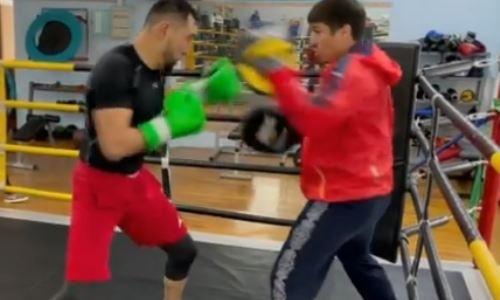 Казахстанский боксер показал видео работы на лапах после успешной защиты титулов WBC, WBO и WBA