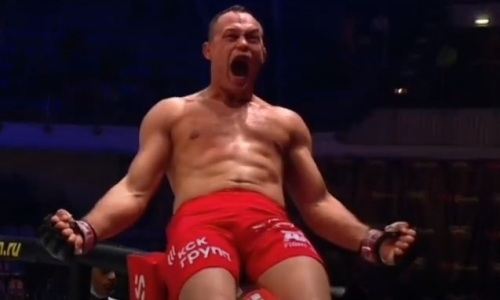 Главный бой турнира Fight Nights Global с участием двух казахстанцев закончился досрочной победой. Видео