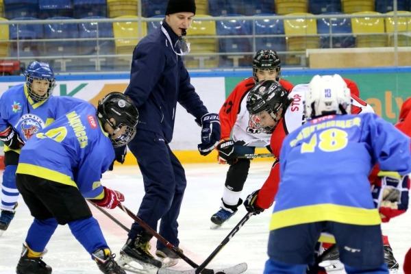 «Половина играет на откатах». Казахстанский тренер переехал в Россию и рассказал всю правду о хоккее в стране