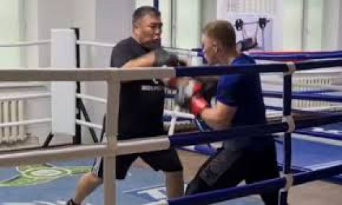 Казахстанский боксер готовится к бою за титул чемпиона Европы. Видео