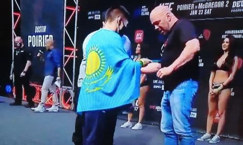 Жалгас Жумагулов после взвешивания подарил президенту UFC казахстанский шоколад
