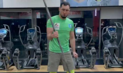 Непобежденный казахстанский боксер поддержал силовой челлендж Артура Бетербиева. Видео
