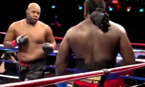 Непобежденный супертяж нокаутировал соперника в бою за вакантный титул чемпиона мира. Видео