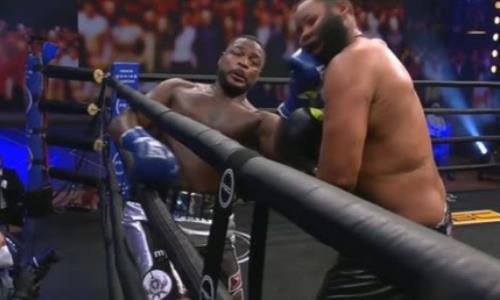 Бой непобежденных американских супертяжей закончился брутальным нокаутом в андеркарде чемпиона мира. Видео