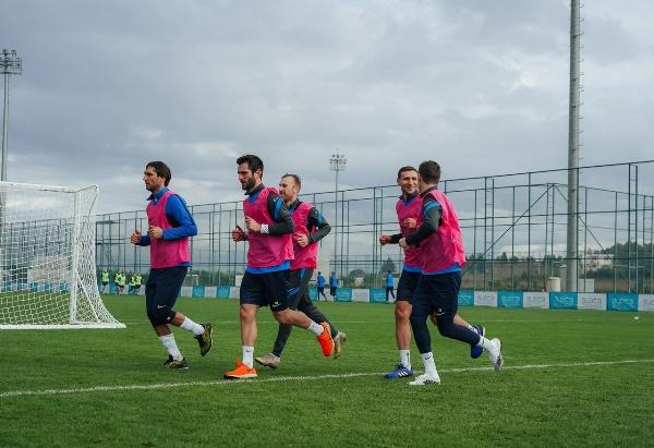 Футболисты сборной Казахстана провели первую тренировку за клуб РПЛ. Фото и видео