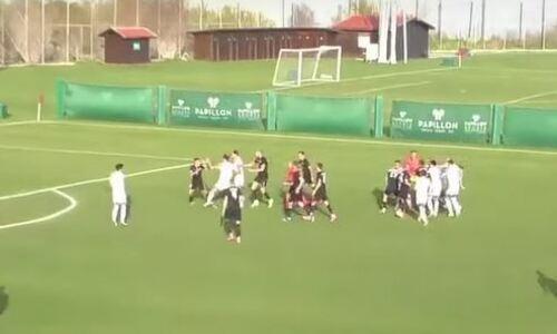 Казахстанские футболисты устроили массовую драку прямо во время матча. Видео