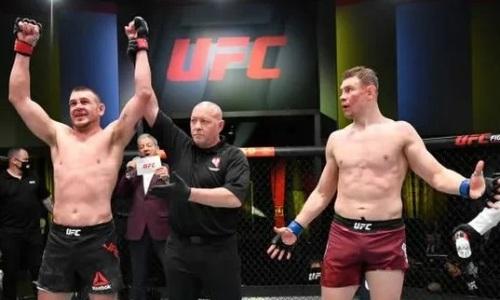 Российского бойца засудили в бою с американцем на турнире UFC. Видео