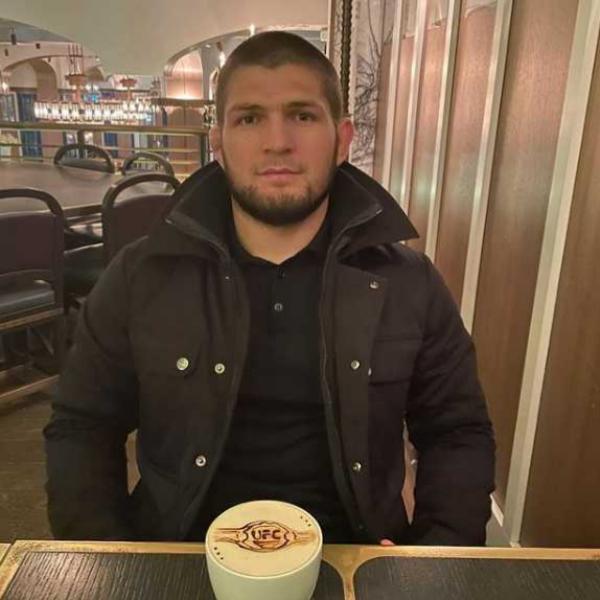 Хабибу Нурмагомедову сделали кофе с изображением пояса UFC на пене. Фото