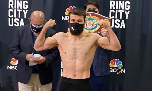 Казахстанский боксер из Golden Boy сделал вес и провел дуэль взглядов с непобежденным «Зорро» перед титульным боем. Фото