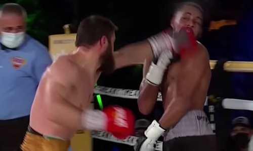 Спорно проигравший казахстанский боксер показал доказательство своей победы. Фото