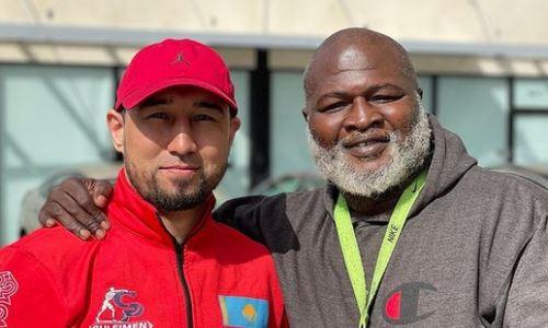 Обладатель трех титулов из Казахстана прибыл в США и встретился с легендой бокса. Фото и видео