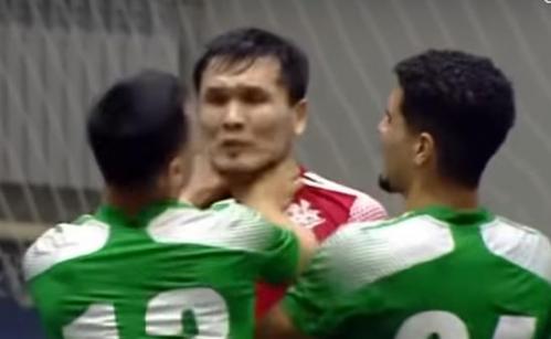 Игрок пытался задушить соперника во время матча чемпионата Казахстана. Видео