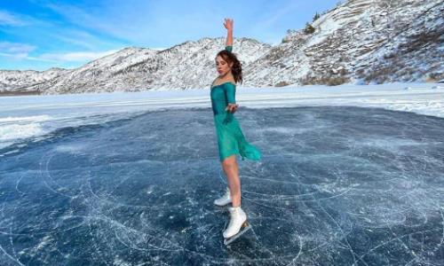 «Шлейф платья насквозь мокрый». Казахстанская фигуристка покаталась по весеннему льду озера. Видео